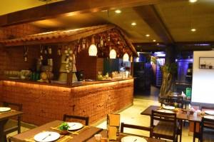 O charmoso bar separa o salão principal da pista de dança