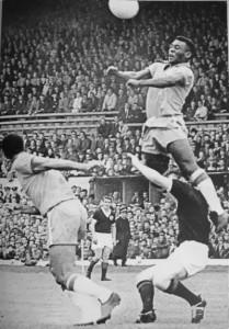 Impulsão fenomenal: com apenas 1m73, Pelé fez muitos gols de cabeça, dois deles em finais de Copas do Mundo.