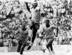 """""""Pelé Transformou o soco em um  gesto de alegria..."""""""