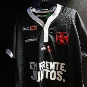 Camisa feita em solidariedade ao rival Flamengo