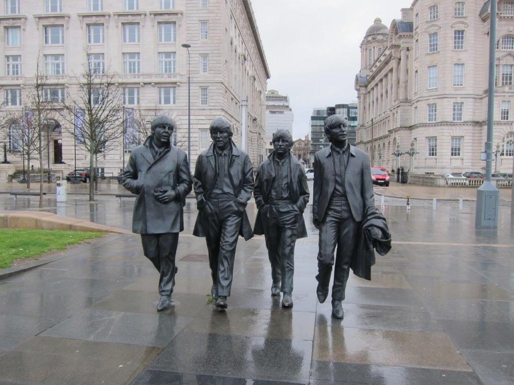 Estátua dos Beatles: como se os encontrássemos no meio de uma caminhada