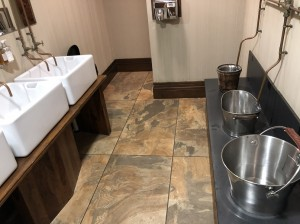 No The Bastian, no The Shankly Hotel o banheiro com o exótico mictório