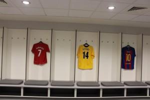 Uniformes de adversários, como Cristiano Ronaldo, Henry e Messi.